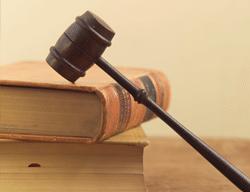 Libros, martillo del juez