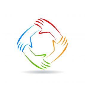 Cuatro manos de color que forman un círculo