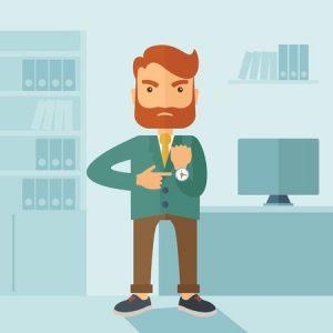 un empresario caucásico inconformista con barba de pie enojado señalando su reloj de pulsera dentro de su oficina