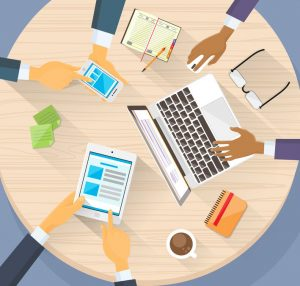 Membros da equipe trabalhando juntos, computador, telefone, Tablet, notas, copos, café