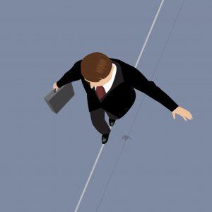 Hombre de negocios en equilibrio en una cuerda