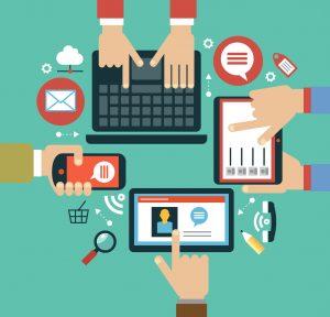 mano humana con los iconos del teléfono móvil, de la tableta, del ordenador portátil y del interfaz