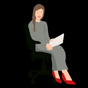 Una señora sentada, tiene una hoja en la mano